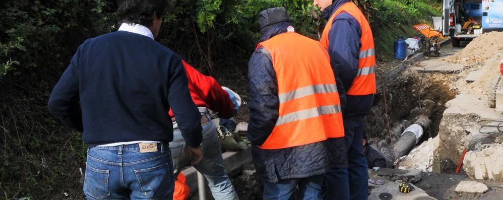Per sbaglio danneggiano il tubo Niente acqua a Monte Olimpino