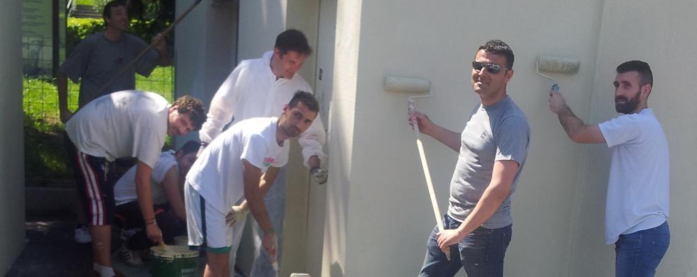 Muri sporchi a Lambrugo  Prima si lavora, poi si litiga