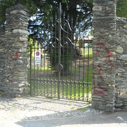 San Siro, imbrattate le mura del castello