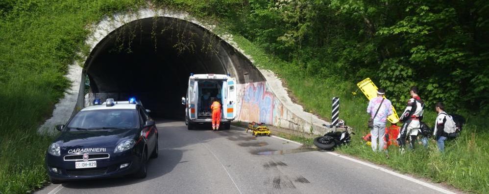 Perde il controllo in galleria  Motociclista grave a Orsenigo