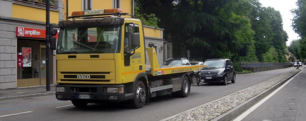 L'ambulanza ferma in coda  A Mariano è colpa dei cordoli