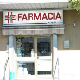Pistola in pugno  rapina la farmacia
