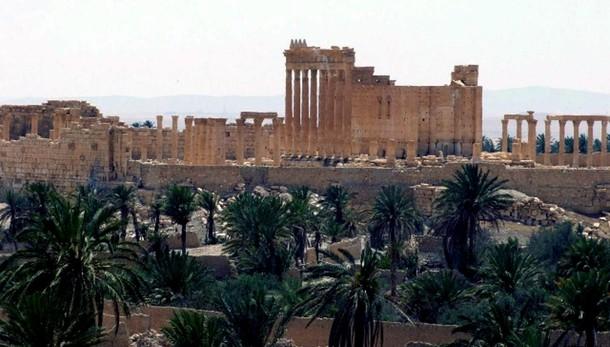 Bandiera Isis sventola su rocca Palmira