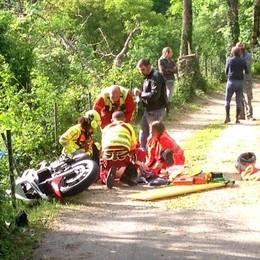 Esce di strada e vola per sei metri  Motociclista grave a Sormano