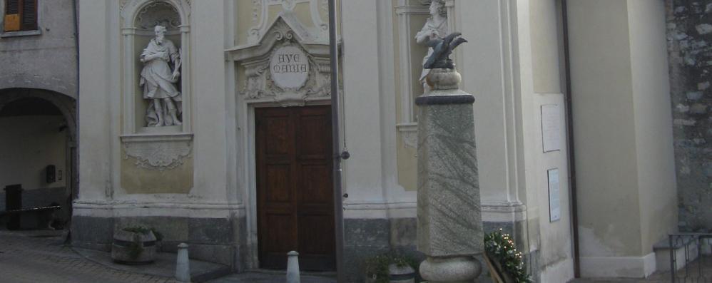 Scaria in processione senza Maria  Mancano i portantini per la statua