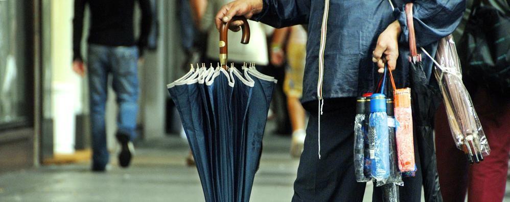Como, venditori abusivi Maxi sequestro di ombrelli Controlli ai mercati hobbystici