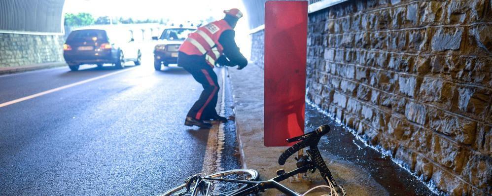 Ciclista morto nelle gallerie di Moltrasio  Sotto accusa i marciapiedi pericolosi