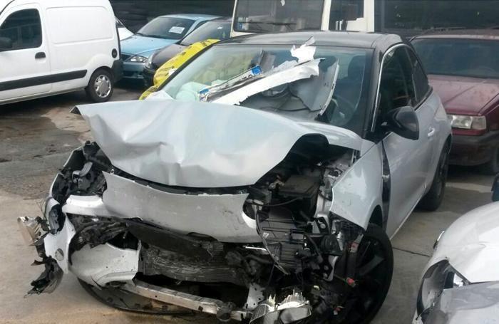 I resti di una delle auto coinvolte
