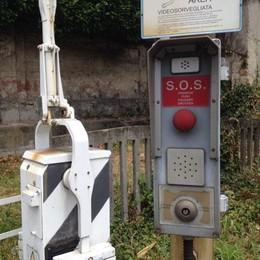 Passaggi a livello bloccati dai vandali  Allarme a Mariano Comense