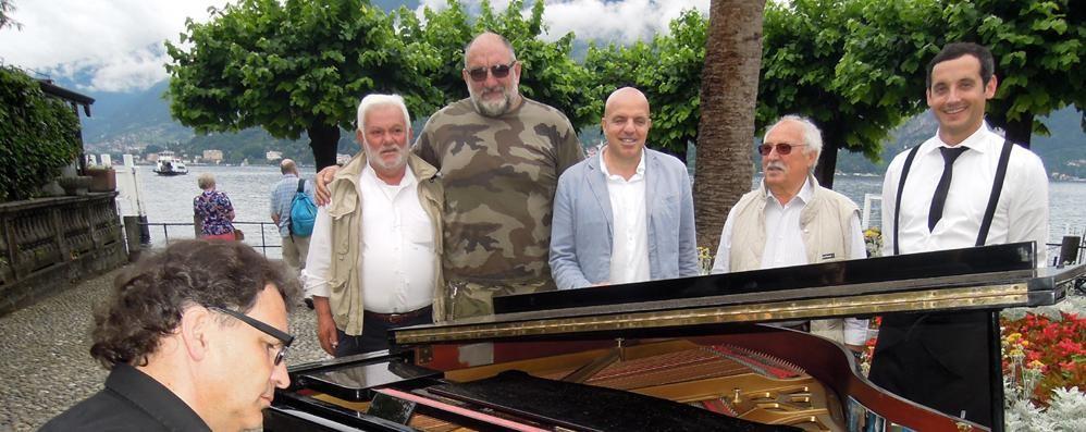 Bellagio applaude il pianista cacciato da Como