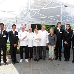 Como piazza Duomo Festa della Repubblica lo stand della scuola Enaip con l'Associazione Provinciale Cuochi