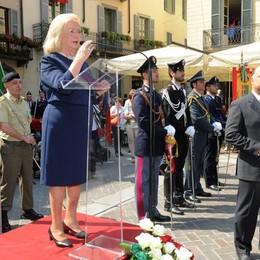Como piazza Duomo Festa della Repubblica la signora Giovanna Agliati Ratti premiata con il titolo di Commendatore ringrazia