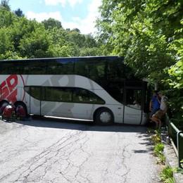 Bellagio: bus incastrato nel tornante