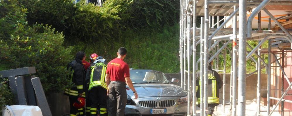 Scontro tra auto a Ronago  Con la Bmw vola in cortile