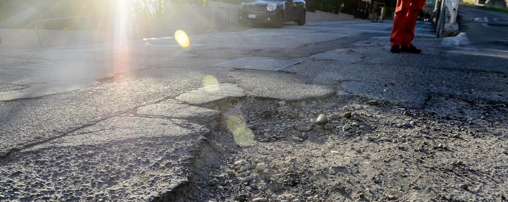 Troppe buche sulle strade, guai per pedoni, auto e biciclette