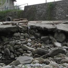 Allarme a Fino: «Provinciale,  il muro è a rischio crollo»