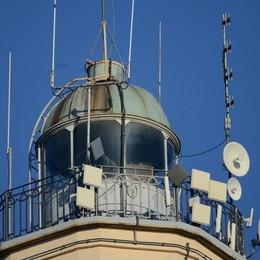 Beffa al turismo: nessuno toglie le antenne sul faro