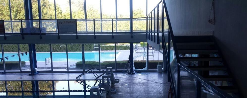 Furto alla piscina di Casate, sfondate le vetrate