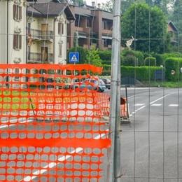 Grandate, la strada è chiusa?  I residenti forzano le barriere