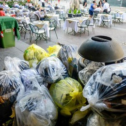 Como, polemica sui rifiuti «Via i sacchi dalle strade»