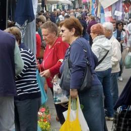 Il mercato torna in piazza  Bancarelle e negozi alleati