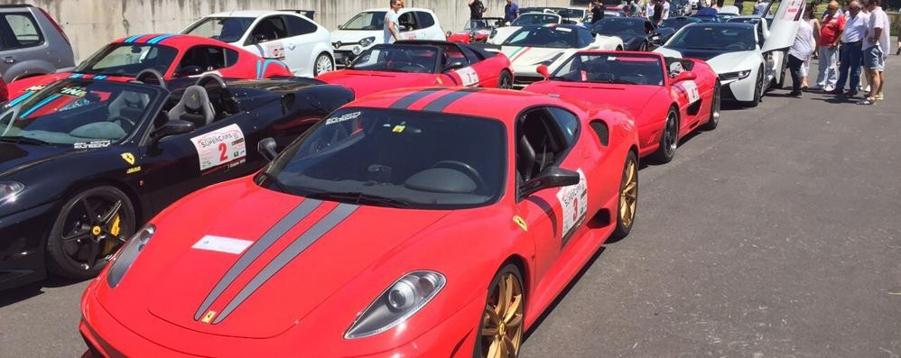 Como, spettacolo supercar    Ferrari e Lotus: settanta bolidi