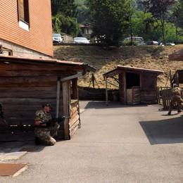 Scoppia la guerra a Valbrona  In strada con le armi, ma per gioco