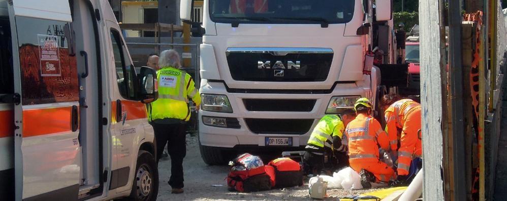 È morto schiacciato tra camion e muro