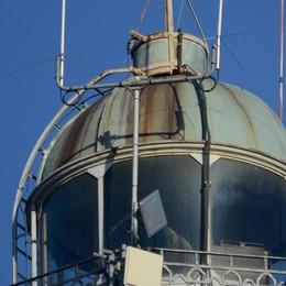 Accesa la nuova luce  Ma sul Faro Voltiano  restano le antenne