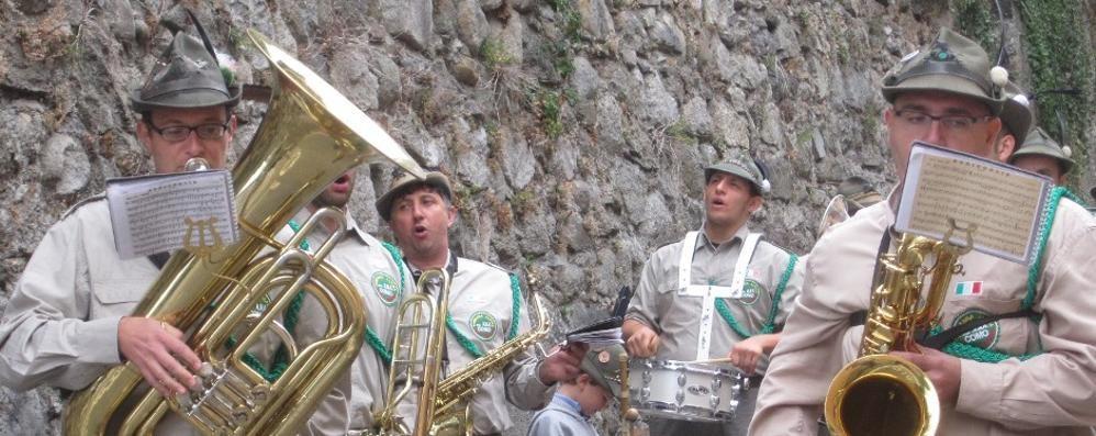 Uggiate, la fanfara alpini  festeggia i 50 anni di cinque gruppi