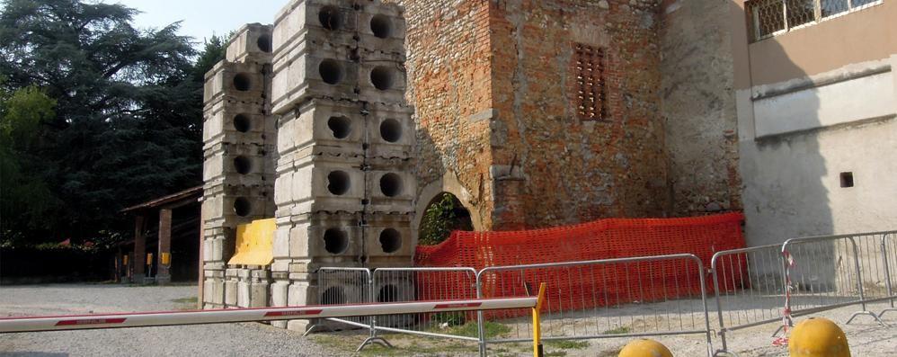Ca' di Passer sta cadendo a pezzi  Polemica sui blocchi di cemento