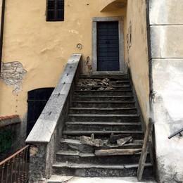 Picconate contro la scalinata di pietra  I vandali oltraggiano l'antica chiesa