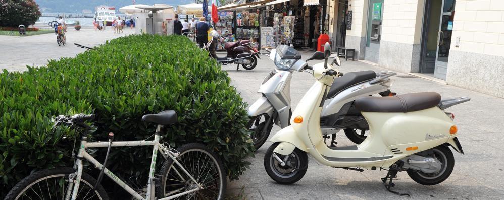 Vigili, controlli e multe in piazza Cavour  «Basta moto e scooter in divieto di sosta»