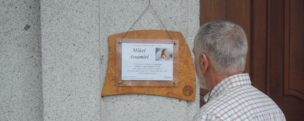 Cadorago, chiesa gremita  per l'ultimo saluto a Mikel