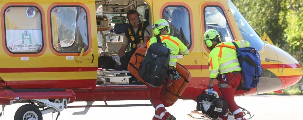 Scivola in un dirupo: escursionista ferito