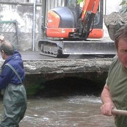 Alserio, il sindaco scende in campo  Roggia ripulita insieme ai volontari