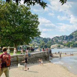 Il caso dei bagni nel lago  Nessun cartello avvisa dei divieti