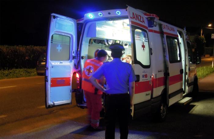 Il cameriere ferito mentre viene portato all'ospedale