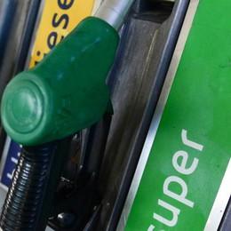 Benzina, prezzi folli in città Anche 6 euro in più a pieno