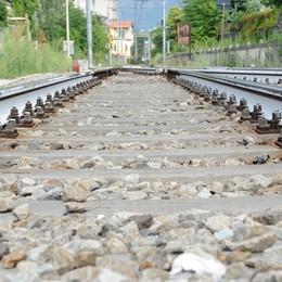 Cammina sui binari a Mozzate  Costringe il  treno a Rallentare
