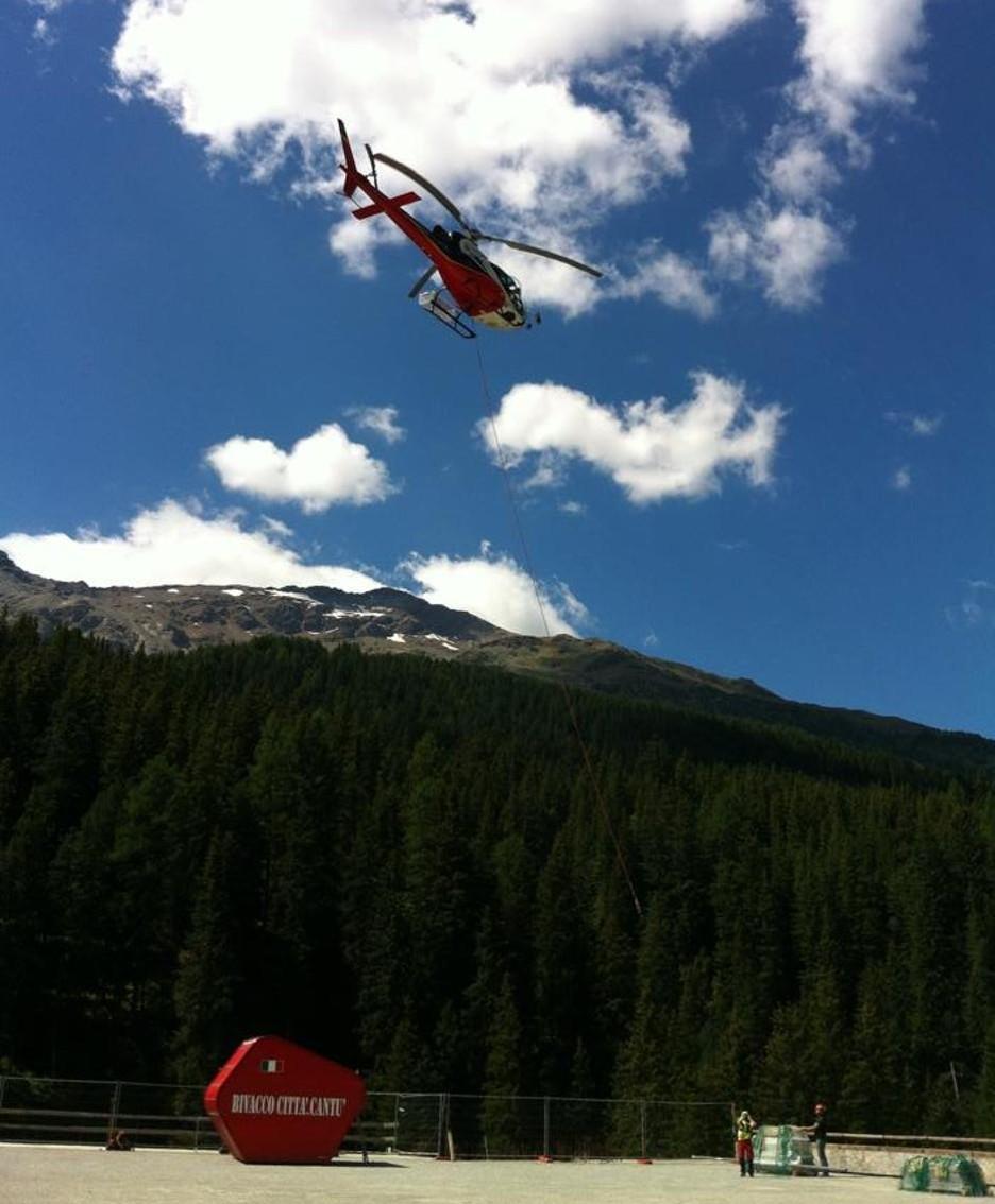 L'elicottero mentre aggancia il bivacco