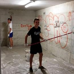 Puliscono i muri imbrattati dai vandali  «Scambiati per graffitari in punizione»