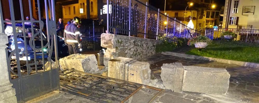 Auto contro il cancello  Tre feriti a Civenna