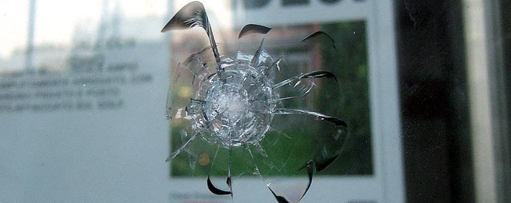 Mistero nel centro di Cantù  Tre colpi di pistola contro la vetrina
