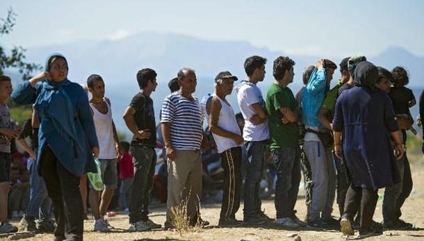 Polizia ceca marchia migranti con numeri