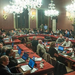 Il Consiglio dibatte di sgabelli  Un'ora e a casa: 2mila euro buttati