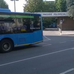Un parcheggio assurdo per i bus  Pericolo all'ospedale di Mariano