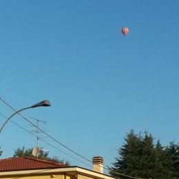 Due mongolfiere    in volo sopra Olgiate