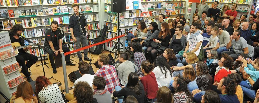 """""""Ministri"""" alla Feltrinelli, assalto di fan  In trecento per la band rivelazione"""