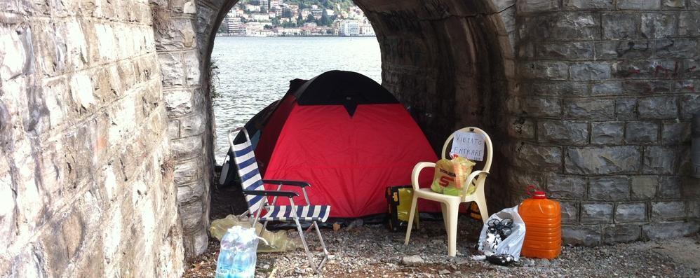 Papà e separato: rimasto senza casa  ora vive e dorme in tenda in riva al lago